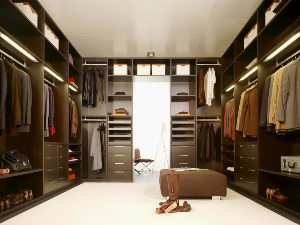 Large-Closet-with-carpet-and-special-hangers-that-allow-even-shorter-people-to-hang-their-clothes-on-the-top-rack