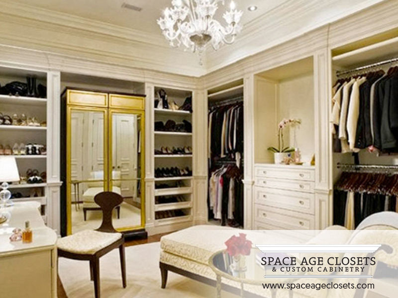 A Custom Built Walk In Closet Design Helps To Make Your Room Seem Much Ger Than It Really Is By Making Use Of Both The S Horizontal And Vertical